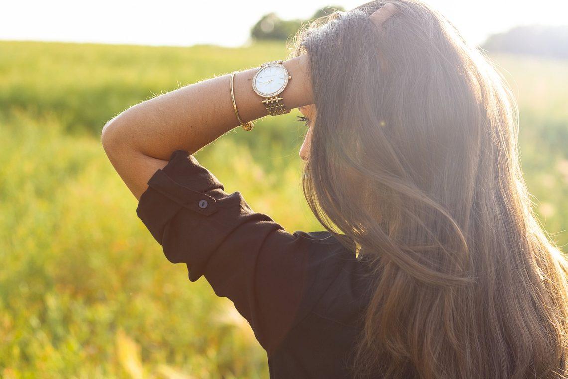 kobieta z zegarkiem na ręku