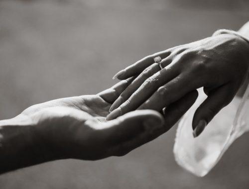 pierścionek na ręku, oświadczyny