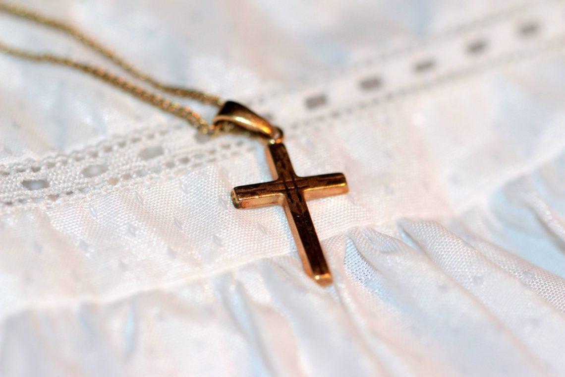 krzyżyk na złotym łańcuszku