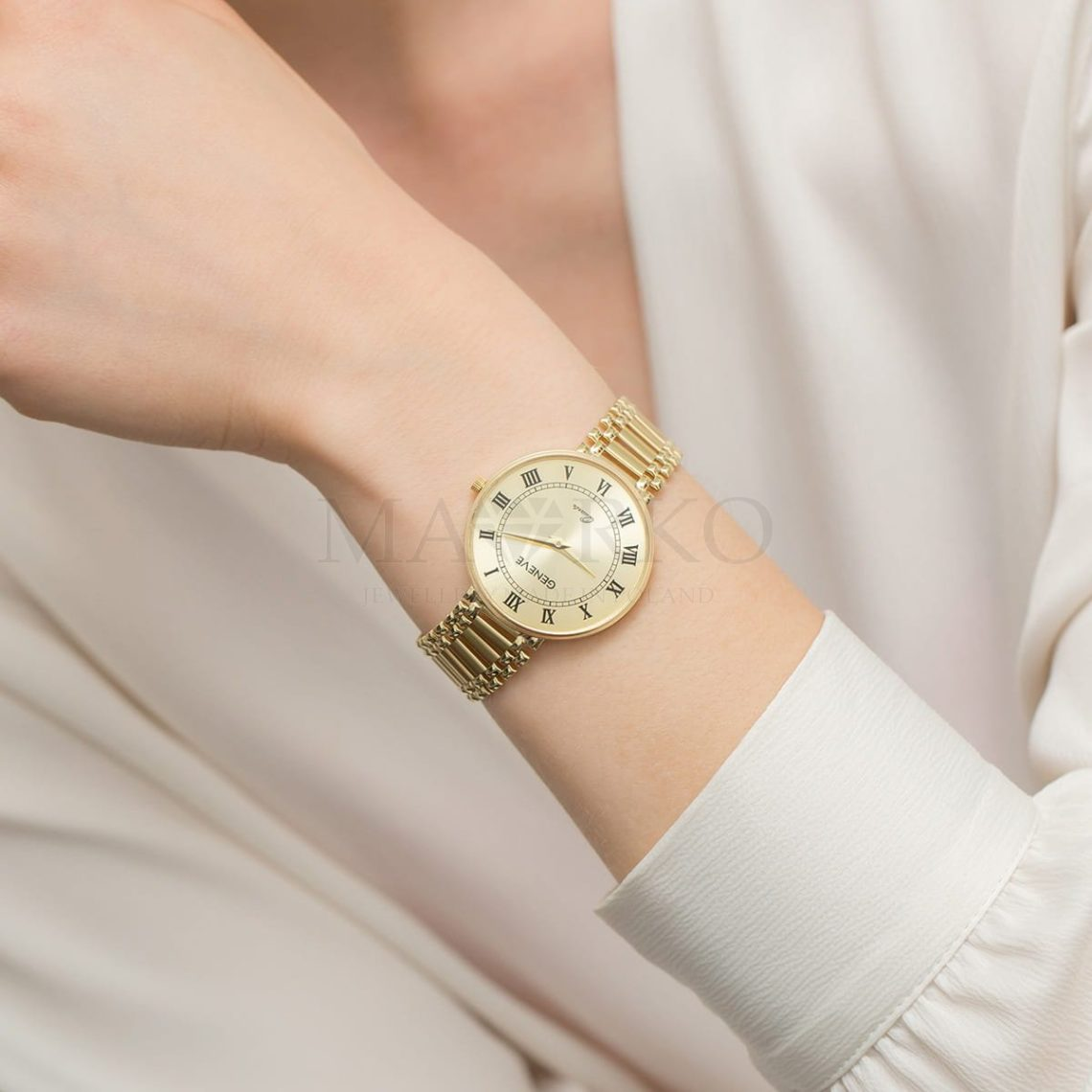 złoty zegarek damski na ręku